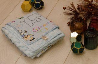 Paturica bebelusi, Babymat, finet animalute, plush Minky dots albastru, cu gluga, 75x95 cm