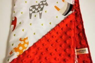 Paturica bebelusi, Babymat, bumbac model caluti, plush Minky dots rosu, cu gluga, 75x95 cm